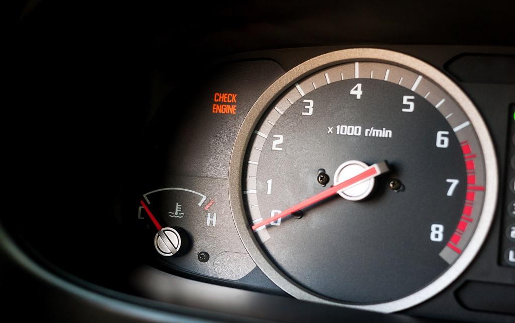 świecąca kontrolka check engine na desce