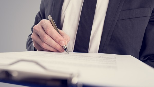Podpisywanie karty gwarancynej na samochód