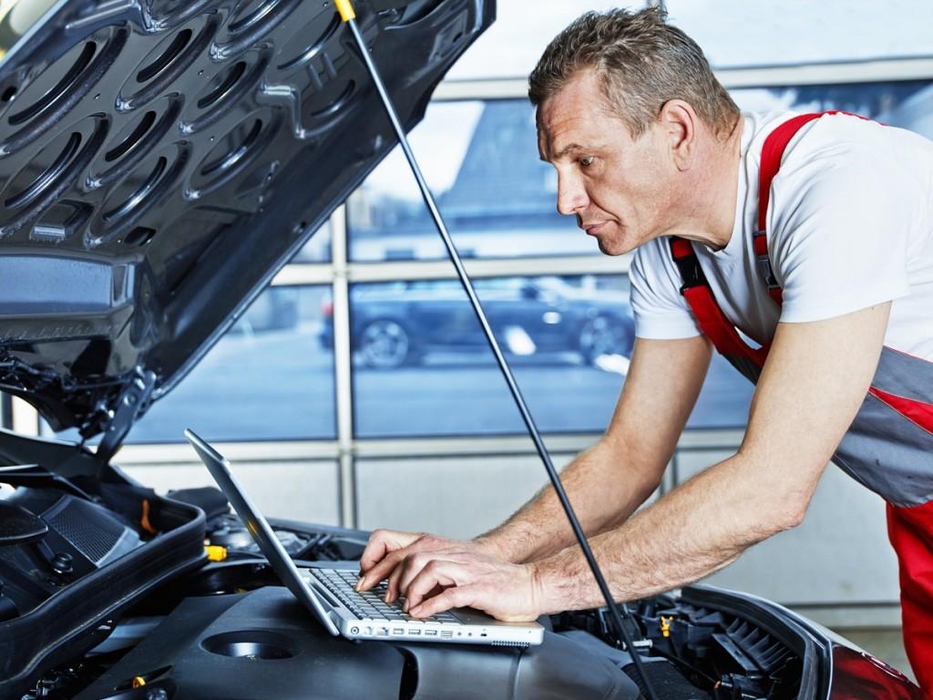 Profesjonalnista w legalny sposób zwiększa moc silnika pojazdu